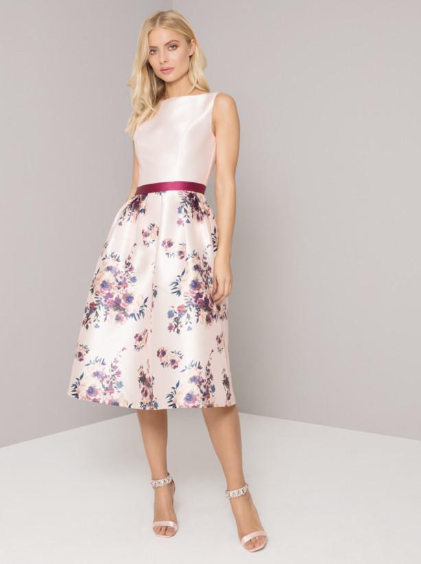 50feaa4aeca3 Světle růžové šaty s květy Chi Chi London Karla Chi Chi London ...