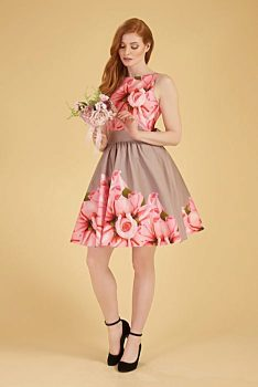 14bfb68750cf Novinka Světle hnědé šaty s velkými růžovými růžemi Lady V London Tea
